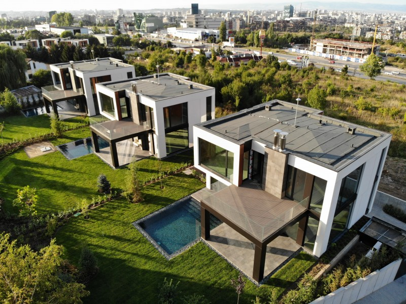 Три еднофамилни къщи с гаражи и басейни